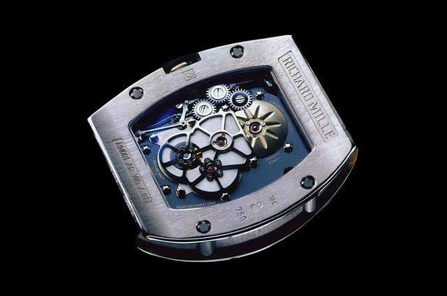 内部机械结构一览无遗,高抛光的金属部件深嵌于哑光背景中,对比鲜明