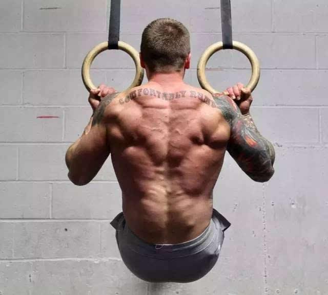 挺举:115kg 抓举:80kg 硬拉:248kg 深蹲:170kg 专职健身教练的他