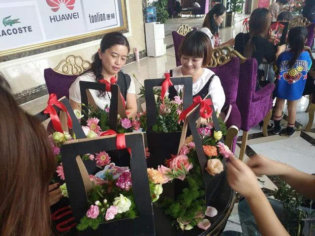迎国庆·龙城广场插花diy ,美女vs鲜花!图片
