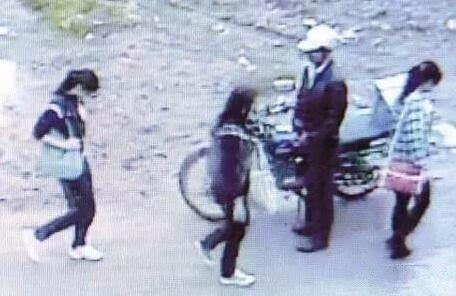 近日,兴化周庄镇高级中学北边的桥上,有露阴变态男出没,给学校女生出