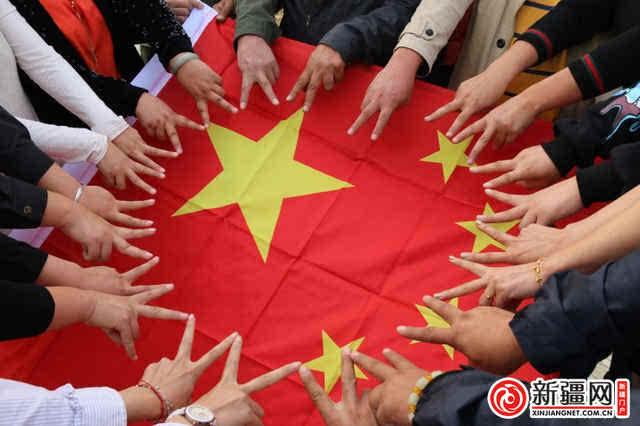 """活动中,大家借""""我的中国梦""""主题教育实践活动之""""我和国旗合个影""""""""向"""