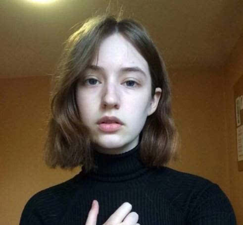 这样的卷发显脸小,适合头发比较少的女生.