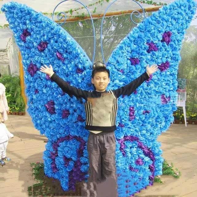 手绘抓蝴蝶的小孩