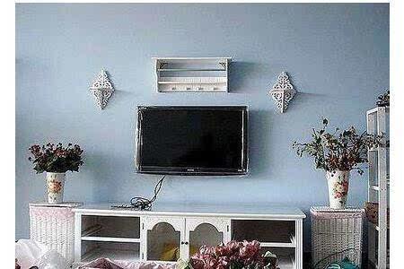 傳統的電視機放桌上,現代的電視則掛在墻上,所以,在使用電視機時需