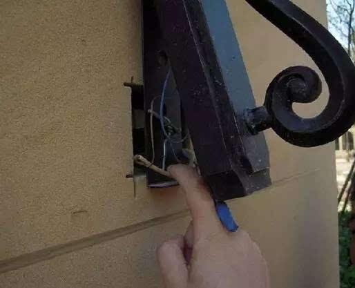 室外灯具接线处未作防水处理
