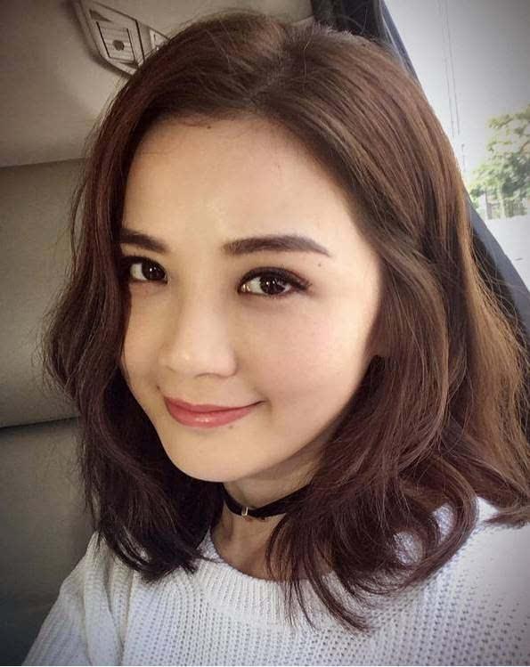 圆脸→直发 头发卷大波浪增加了头部的视觉重量 反而让她头肩比例更加图片