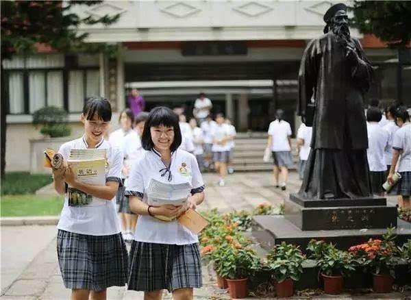 广雅的校服也是一道特别的风景线 优雅大方而自信 广东广雅中学是著名图片
