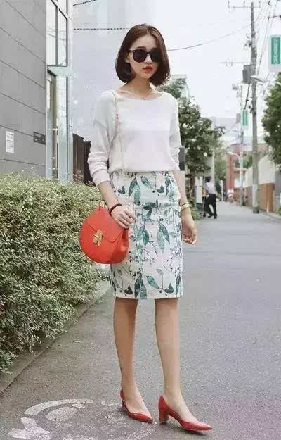 搭配要点:白色针织衫 印花包臀裙 红包 红鞋.