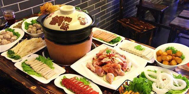 云南的滇味火锅必定有火腿片,再配上薄片牛肉,猪肉,鱼肉,香菇黄花菜等