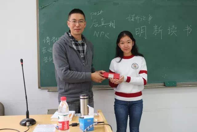 讲座结束后,同学们向刘海龙老师赠送了礼物,感谢刘老师今天的分享.图片