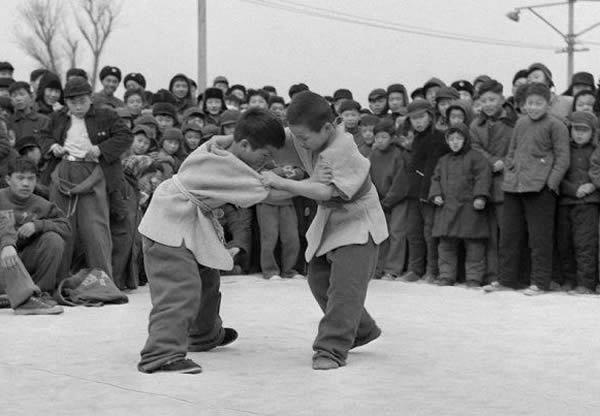 60年代充满时代回忆的河南人童年游戏老照片,现在很少见了图片