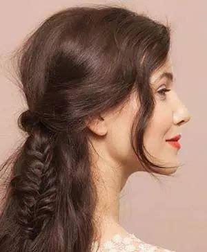 第六步:将编发与散发一起散落在身后,脸庞侧边散落下两缕卷发,这款方