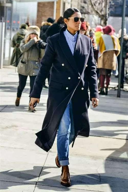 直筒裤牛仔裤 切尔西靴 大衣