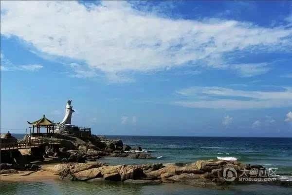 车辆行驶在堤顶路时可以直接看到汕头外海感受碧海蓝天的亲水景观.