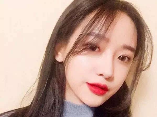 好看韩式中长发,几缕稀薄的刘海配上碎发修饰拉长脸型更显瘦,柔顺直发图片