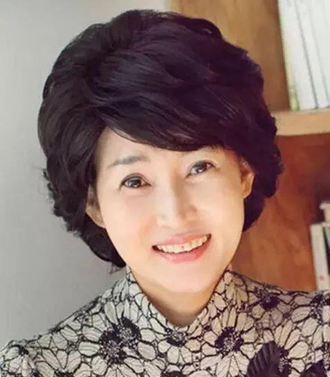 40岁女人短发烫发发型,修颜效果十足!图片
