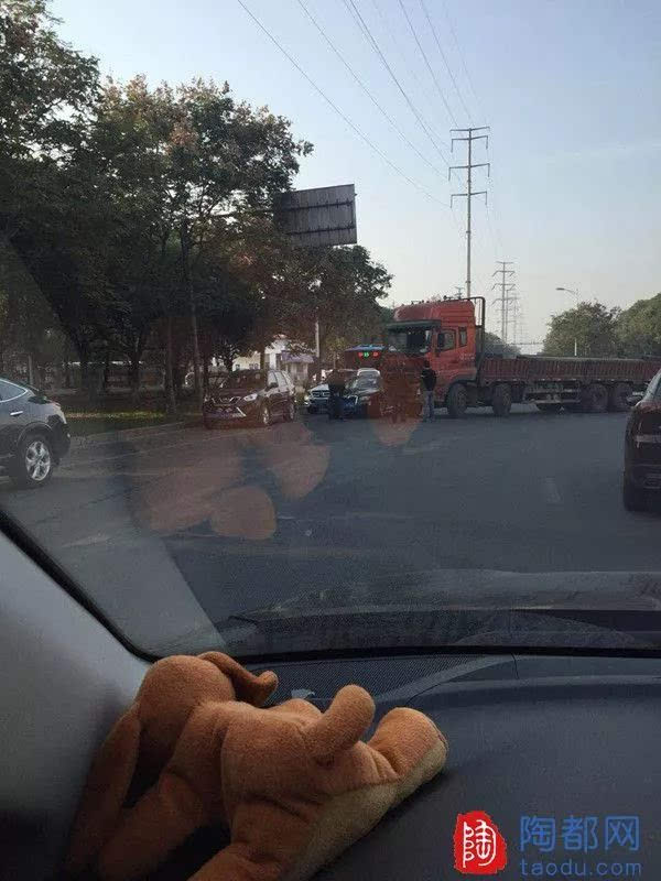 曝光台 宜兴荆溪北路西,联合企业这附近发生车祸@@宜兴车主们注意啦!