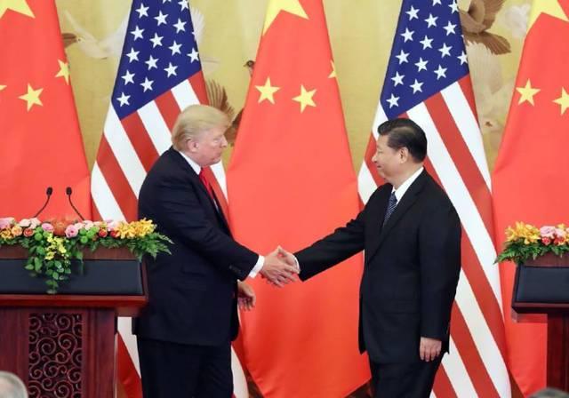 11月9日, 中国国家主席习近平与美国总统特朗普在北京人民大会堂握手