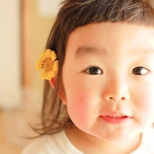 眼前这个留着短刘海,耳边别着小花,眼睛大大的小女孩叫aries.图片