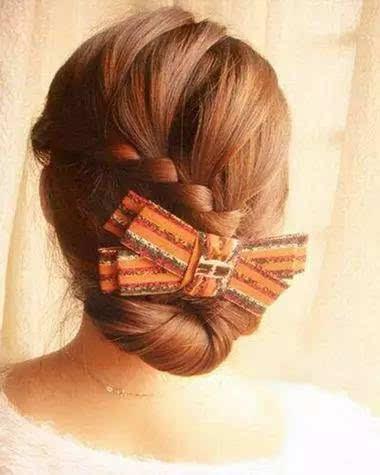 扭转后的头发拉向编发的上层,保持发丝的扭转效果.图片