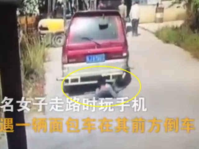 手机玩师傅被压叉车视频车底a手机抬车救人-汽车频道-美女子凯教程瑞图片