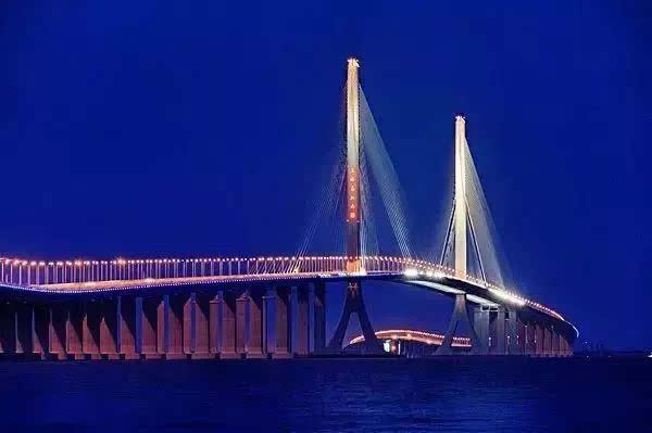 大桥西南部起于隧道长兴岛登陆点,沿地面横穿长兴岛,东北至崇明岛陈家
