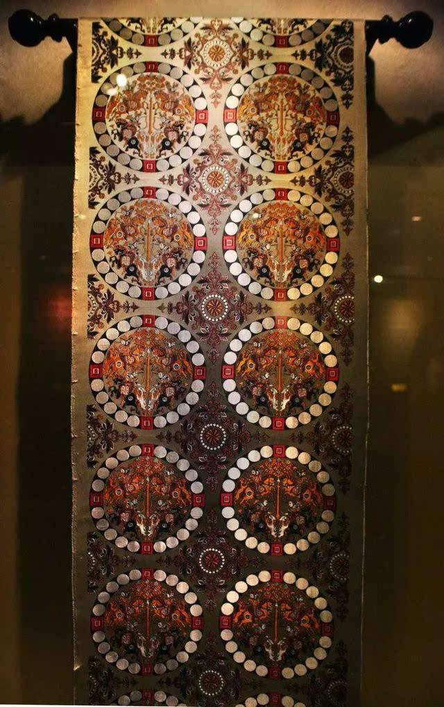 蜀锦与花楼织机融合在一起的蜀锦织造技艺,从纹样设计,挑花结本到挽图片