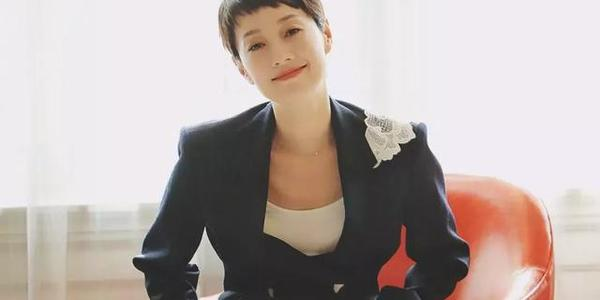 马伊琍近照气色好,笑容满面为新剧宣传,离开文章后她赢得漂亮