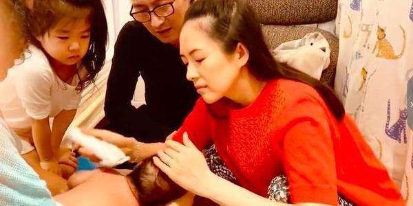 同样是女星给儿子剃头:佟丽娅姿势专业,章子怡快准稳