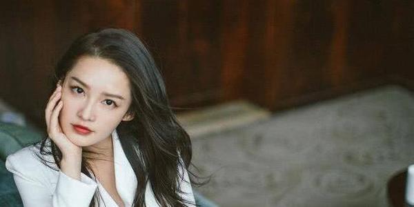 30岁李沁一改往日甜美可爱,首次大胆突破自我勇敢尝试性感轻熟风,网友赞