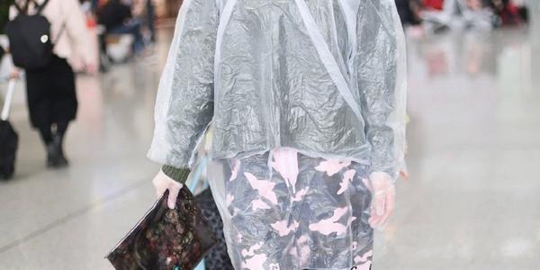 韩雪丢掉女神包袱,穿一次性雨衣走机场,粉丝:这装备,不愧是她