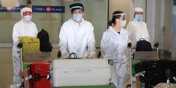 蔡卓妍和阿娇紧急回国,穿防护服现身机场,英皇公司准备检测隔离