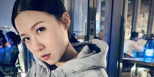 王晶30岁女儿罕见曝光,曾因长相遭父亲嘲笑,后独自闯荡娱乐圈