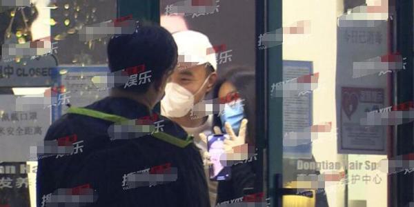 李湘深夜做头发,与tony老师亲密合照,手机屏保曝光太自恋了图片