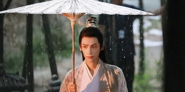 《皓衣行》路透剧照,陈飞宇黑衣俊朗,罗云熙雨中撑伞仙气飘飘!图片