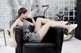 赌王千金何超莲晒写真美照 躺沙发秀身材堪比模特