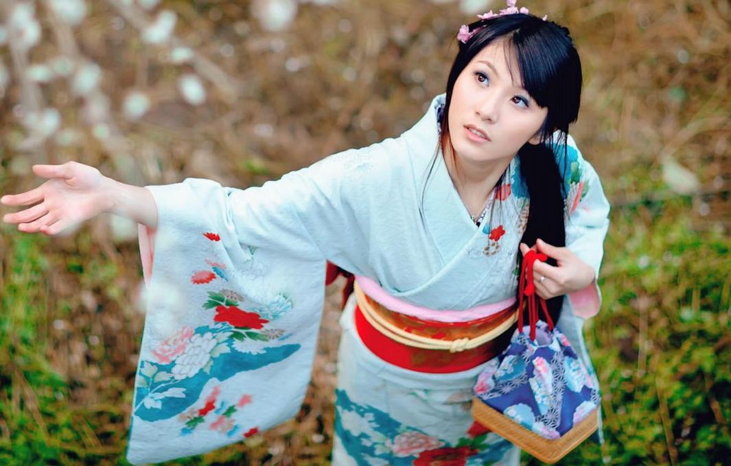 日本女人和服后面_日本和服为什么背后有个枕头?为了方便!