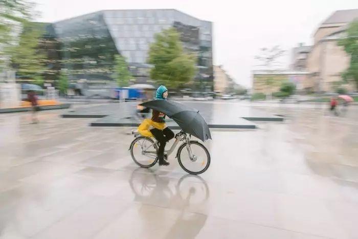 自行车专用雨伞拥有允许头部伸出的大洞和防雨头罩
