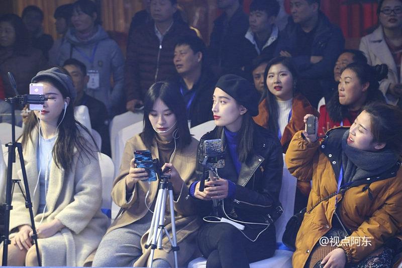 中国首届网红网货节火爆异常  美女直播4小时销售1.8亿元 - 视点阿东 - 视点阿东