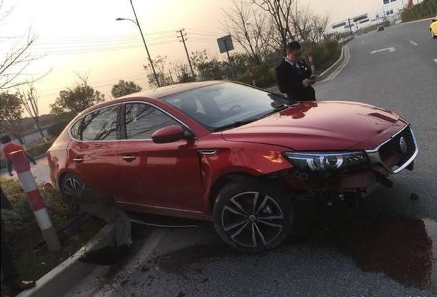 4S店销售秀车技,导致新款名爵6全国首撞,保险杠直接脱离车身