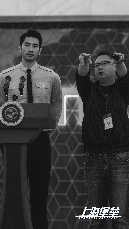 《上海堡垒》杀青 鹿晗舒淇戏中造型首度曝光