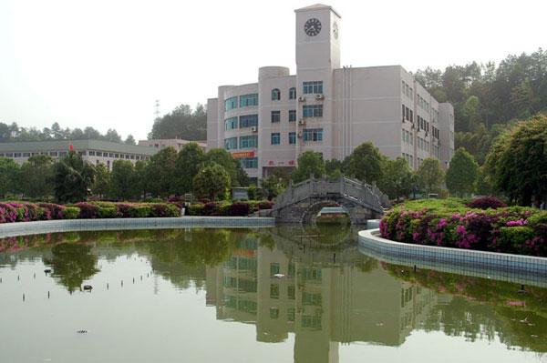 """龙山高级中学利用人工智能""""让更多学生顺利学习"""""""