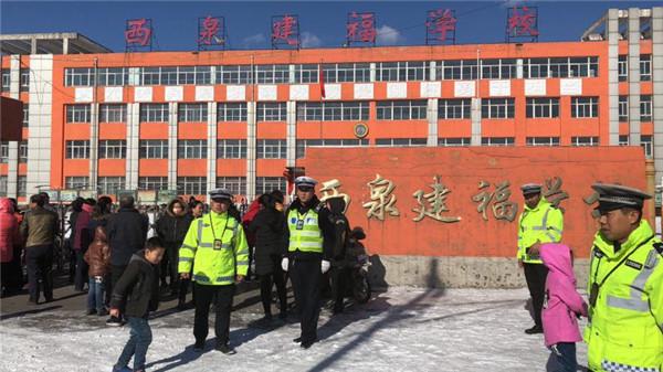山西省孝义市西辛庄交警全力护航校园周边交通安全
