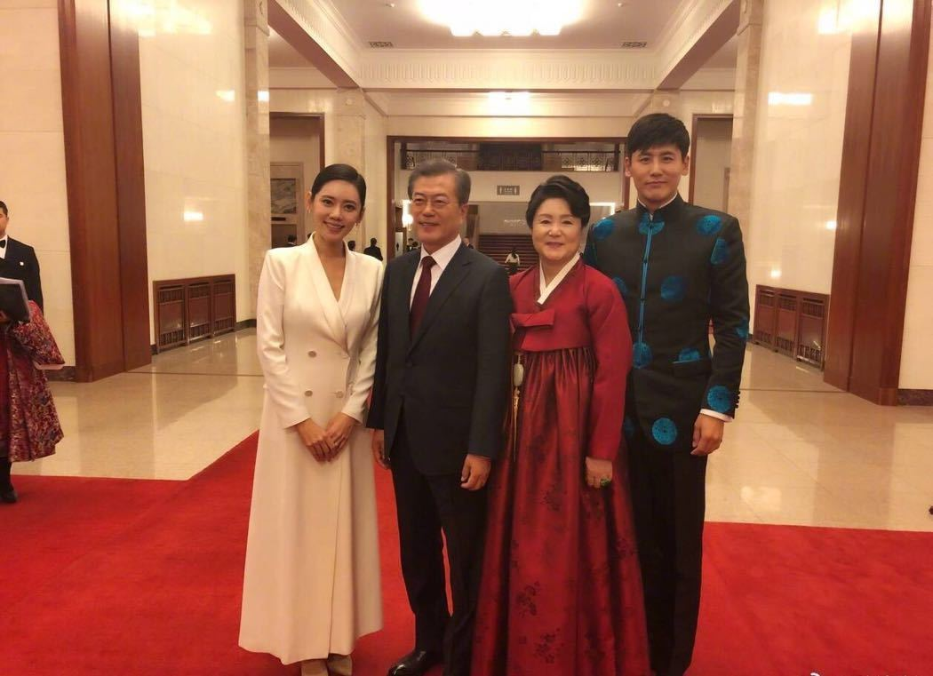 这对夫妇因综艺爆火中韩,出席国宾晚宴,并与韩国总统握手干杯