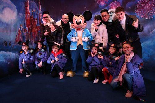 平安携支教孩子同游迪士尼 录制春节特别节目