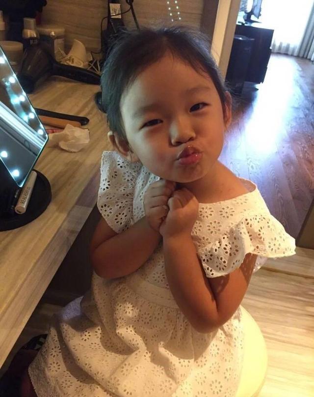 汪小菲的父亲是谁_汪小菲晒儿子浴照,孩子2岁就要给妈妈按摩、背唐诗!辛苦!