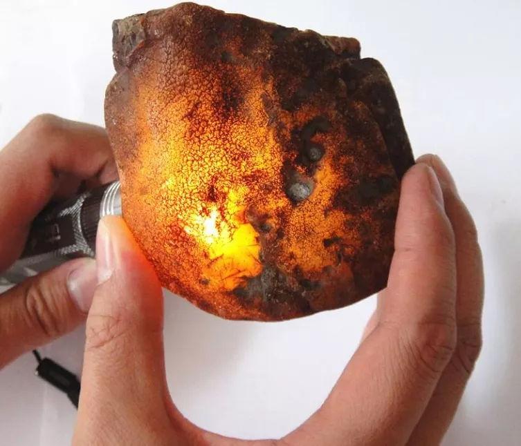 蜜蜡原石什么颜色最好?怎么样低价买琥珀原石呢? 网络快讯 第5张