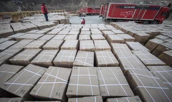 村长刘强东送500万年货:村口京东货车停满了的照片 - 1