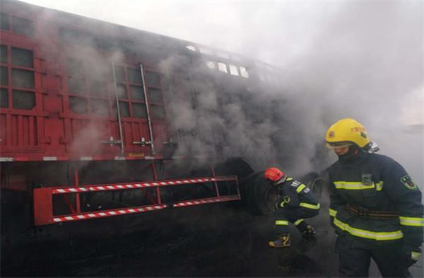 乌兰察布市公安局交警支队运煤专线一大队协助运煤专线二大队及时处理一起重型货车轮胎着火事故