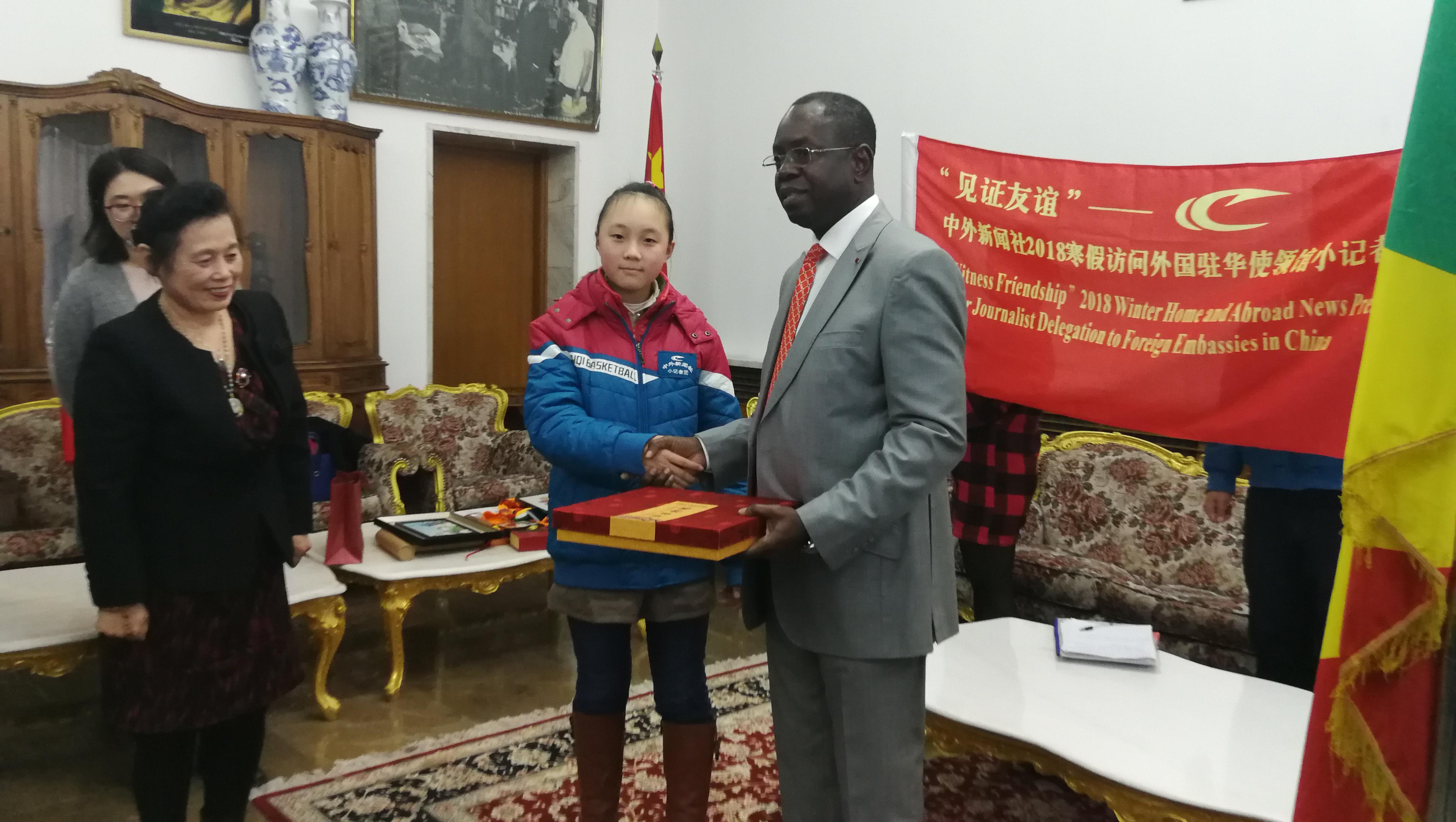 蓉城11岁女孩儿 采访9国驻华大使